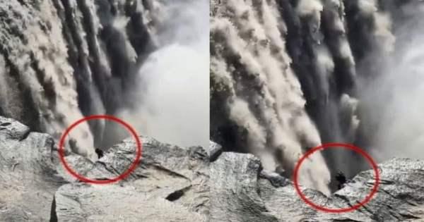 Criatura extraña filmada en una cascada en Islandia