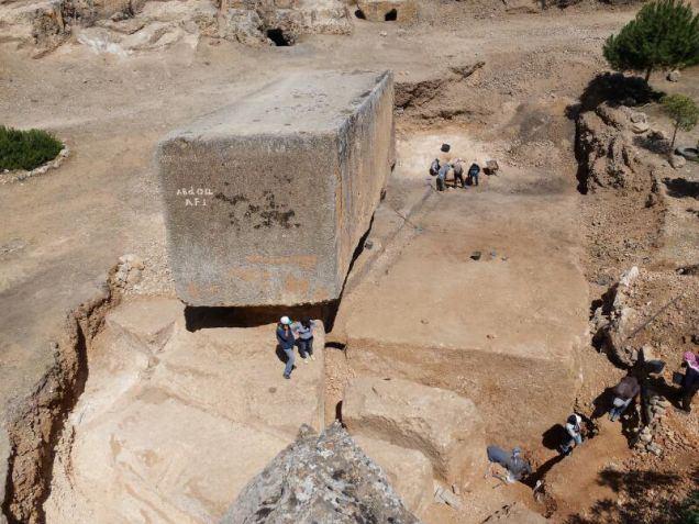 Arqueólogos hallan el bloque de piedra más grande del mundo en Baalbek