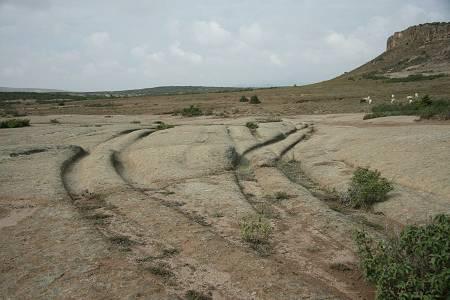 Surcos rocosos dejados por ruedas, en el Valle frigio, Turquía. (Cortesía del Dr. Alexander Koltypin)