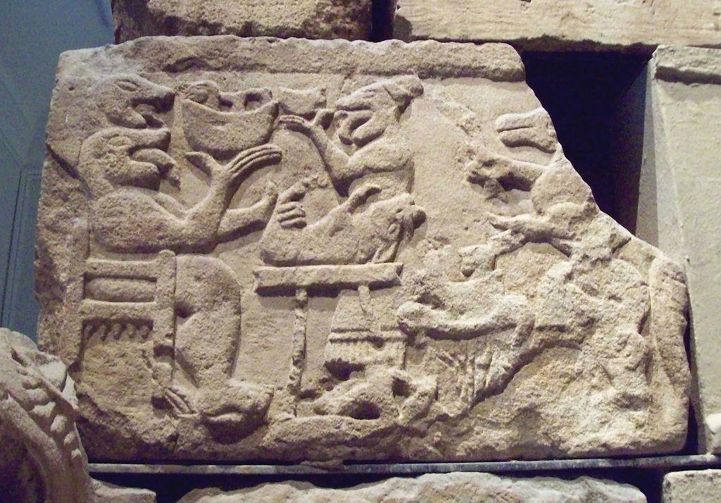 1024px monumento de pozo moro m a n  inv 1999 76 a 02 - La Atlántida era: Reptilianos comehombres y anunnakis