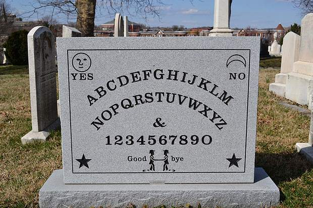 La macabra lápida Ouija de Elijah Bond