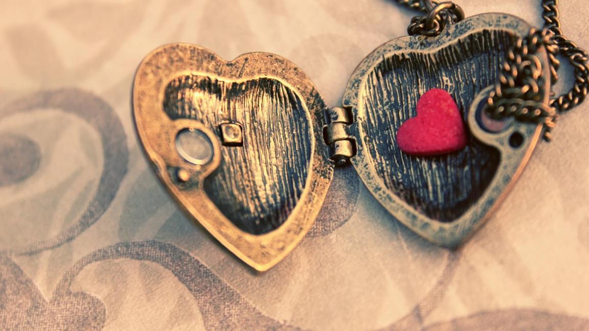 colar com coração dentro para colocar foto do casal apaixonado e lindas frases de amor