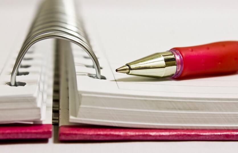 carno e caneta para escrever frases