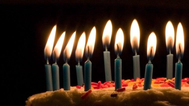 velas de aniversário na festa de alguém especial