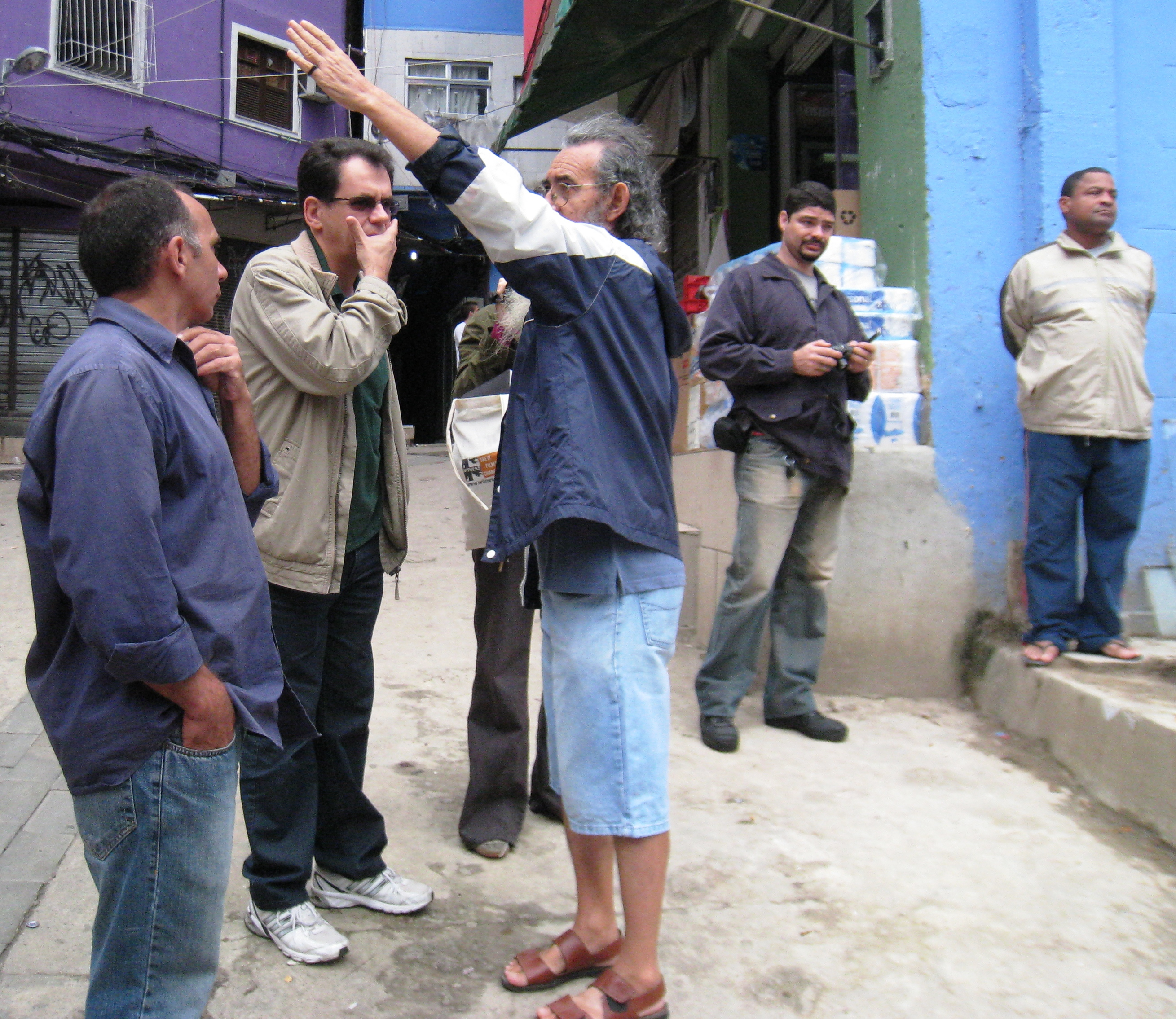 Seu Martins speaks with Vereador Reimont about PAC I projects in Rocinha
