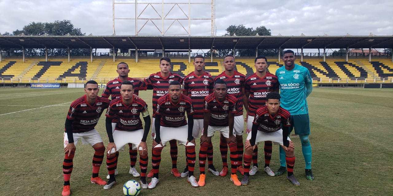 Vitor Gabriel marca duas vezes e coloca o Fla na liderança do Brasileiro