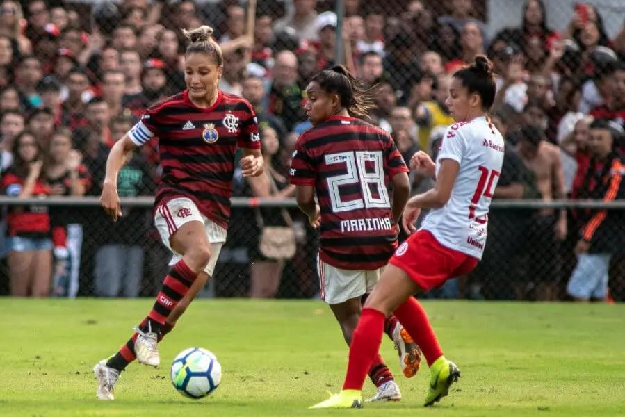 Nação dá show, Ju brilha e Flamengo elimina Inter no Brasileiro Feminino
