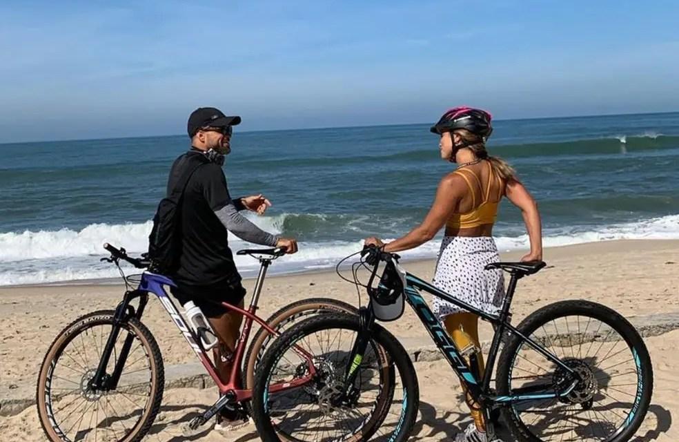 Diego passeia de bicicleta em praia e recebe críticas na internet; meia se desculpou
