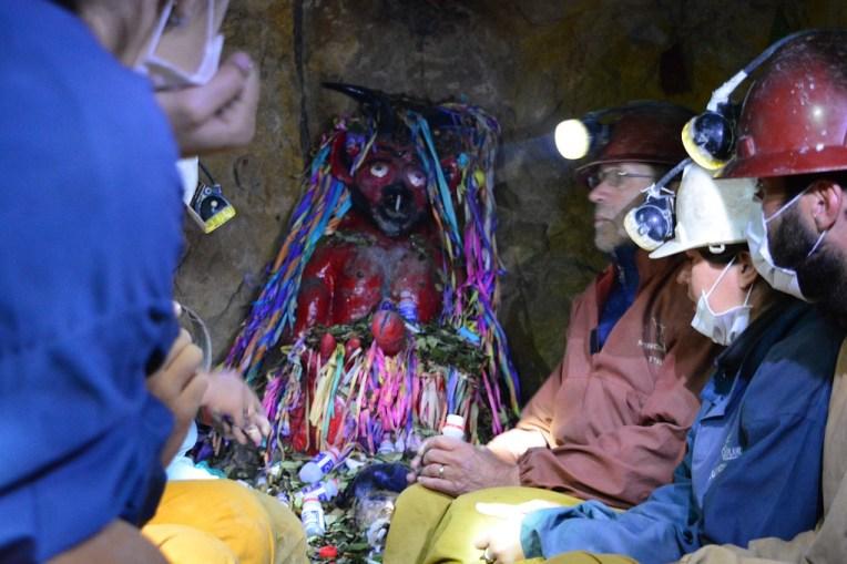 Um ídolo dentro das minas de Potosí
