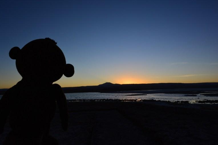 Mucuvinha vendo o pôr-do-sol no lago Tebinquiche