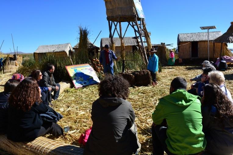 Turistas aprendendo sobre o funcionamento das ilhas flutuantes de Uros, no Titicaca
