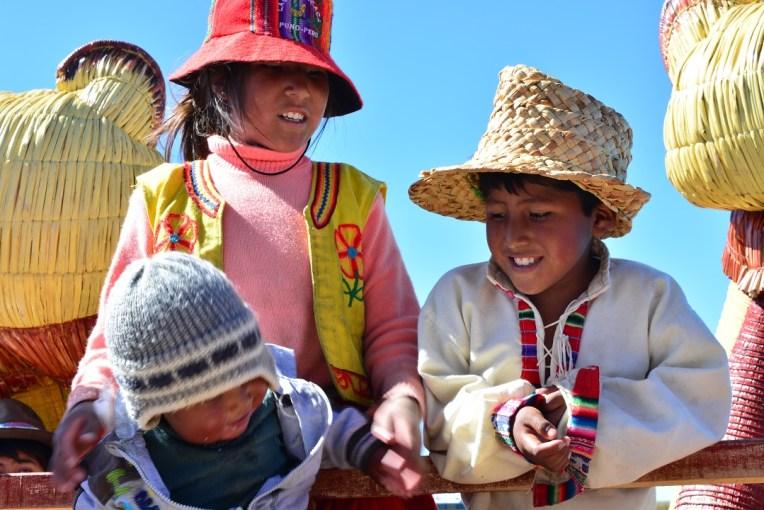 Crianças cantando para nós, esperando ganhar uma pequena gorjeta.