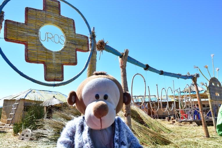 Mucuvinha em frente ao letreiro de Uros, no Titicaca