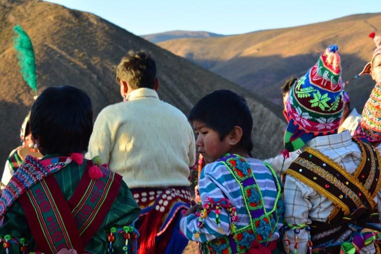 Crianças com seus trajes típicos do Tinku