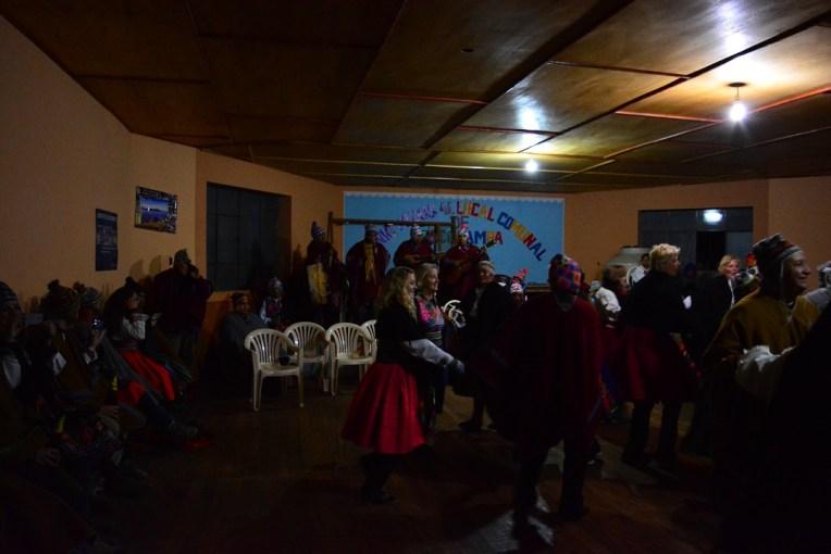 Mesmo cheia de gringos, a festa em Amantani seguia bem animada