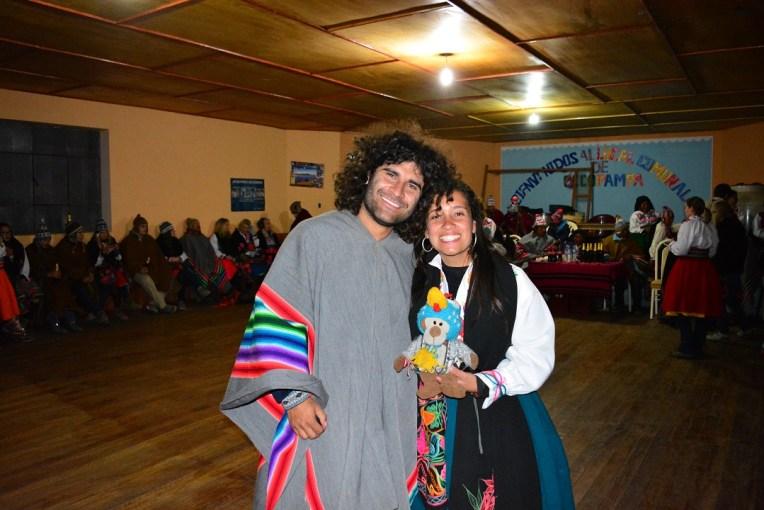 Vestidos com roupas típicas para a festa no Titicaca