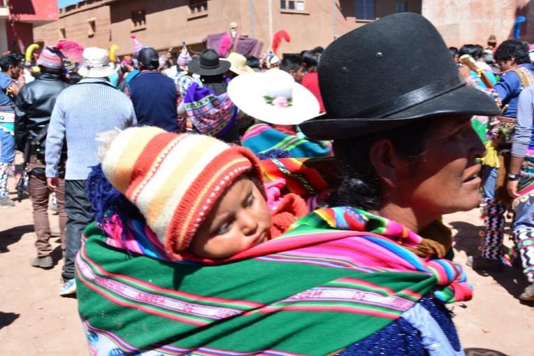 Mulher carregando seu filho durante o Tinku