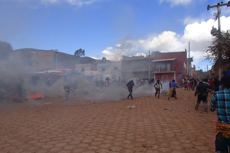 Bomba de gás lacrimogênio no Tinku