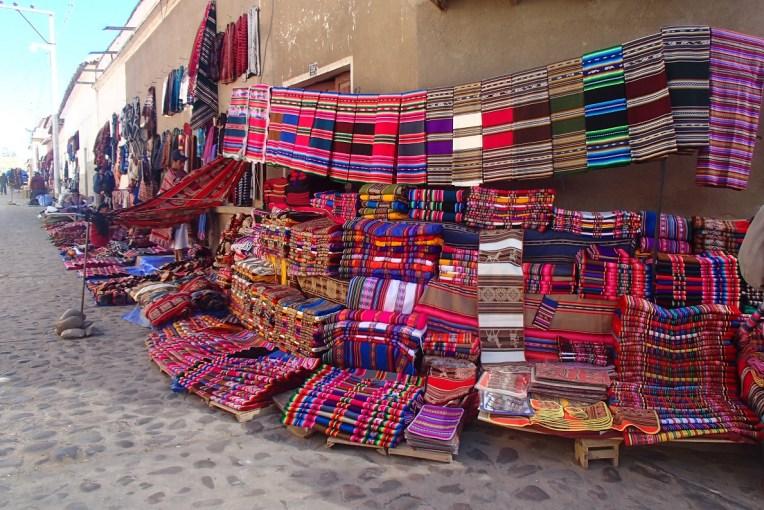 Tecidos à venda na Feira de Tarabuco