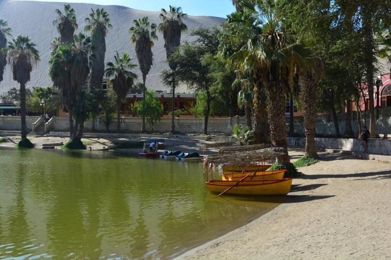 Barcos na praia de Huacachina