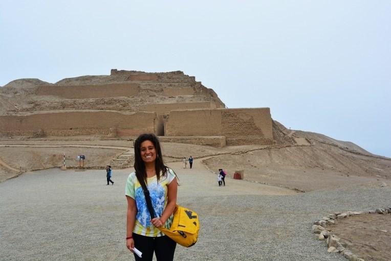 Michele em frente ao Templo do Sol, herança dos Incas em Pachacamac