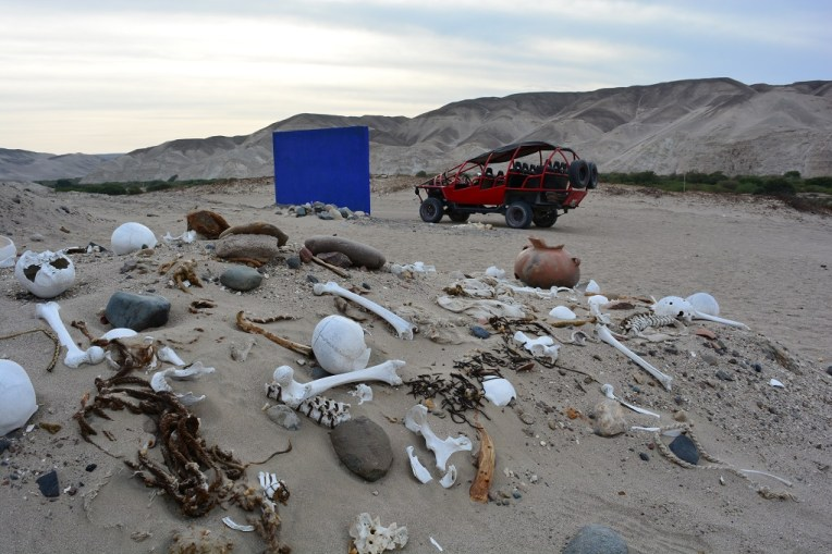 Restos mortais jogado pelas areias do deserto de Nasca