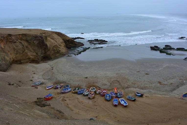 Barcos de pescadores na praia de Caleta Vidal