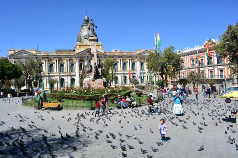 Crianças brincando com pombos em La Paz
