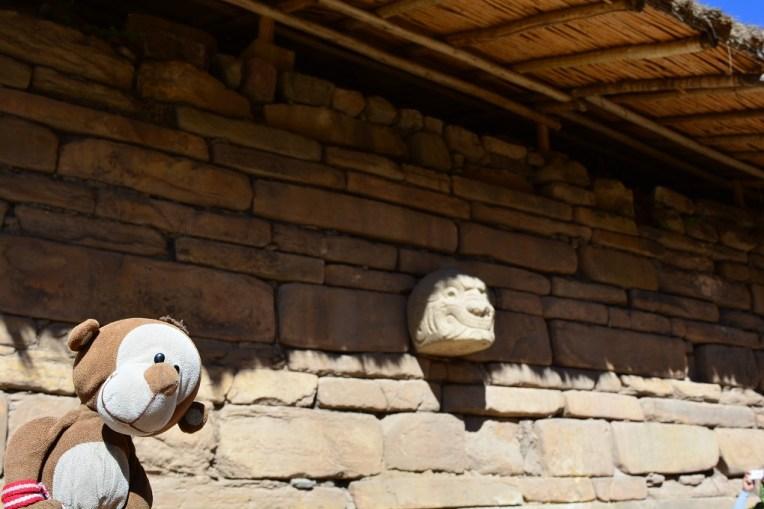 Mucuvinha em frente a uma escultura de Chavín
