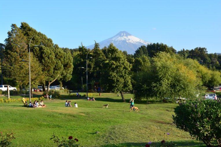 Parque em Pucón, com o vulcão Villarrica ao fundo