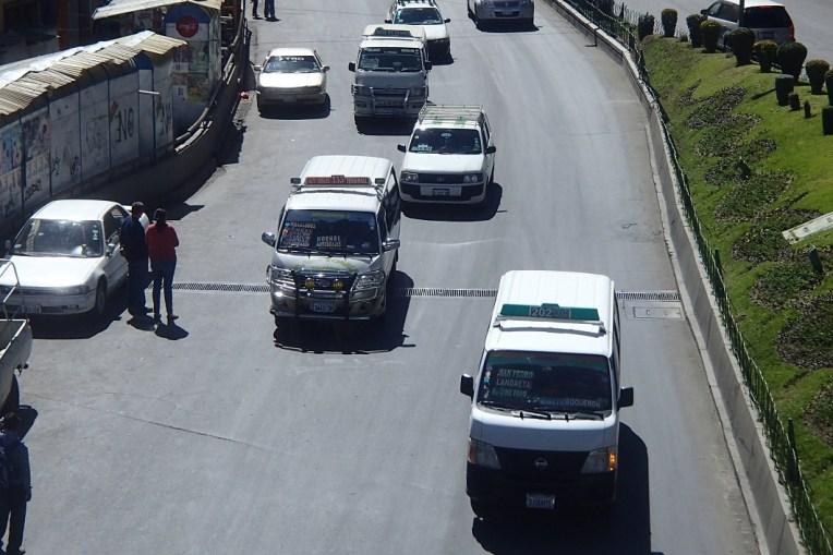 """Estas pequenas vans são os """"ônibus"""" de La Paz"""