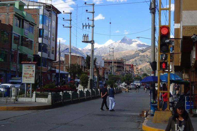 Cidade de Huaraz, com a Cordilheira Branca como plano de fundo
