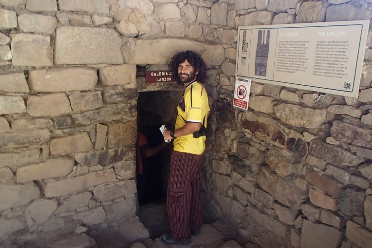Entrando no túnel para ver o totem original