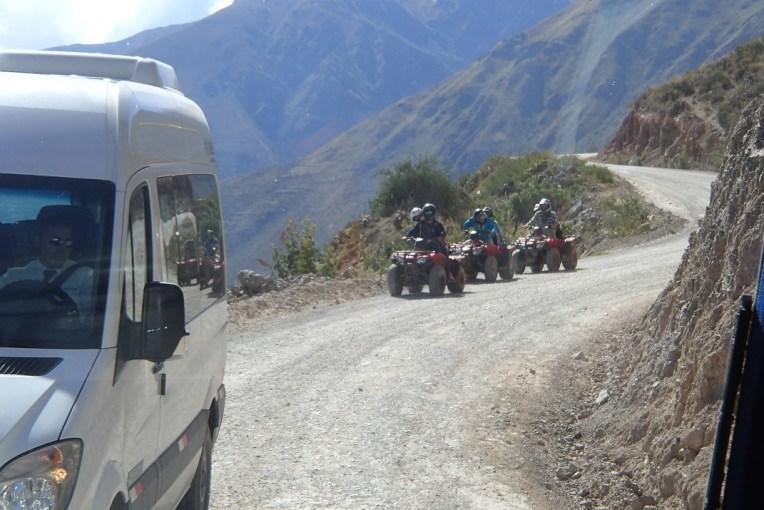 Van e quadriciclos indo para as Salineras de Mara