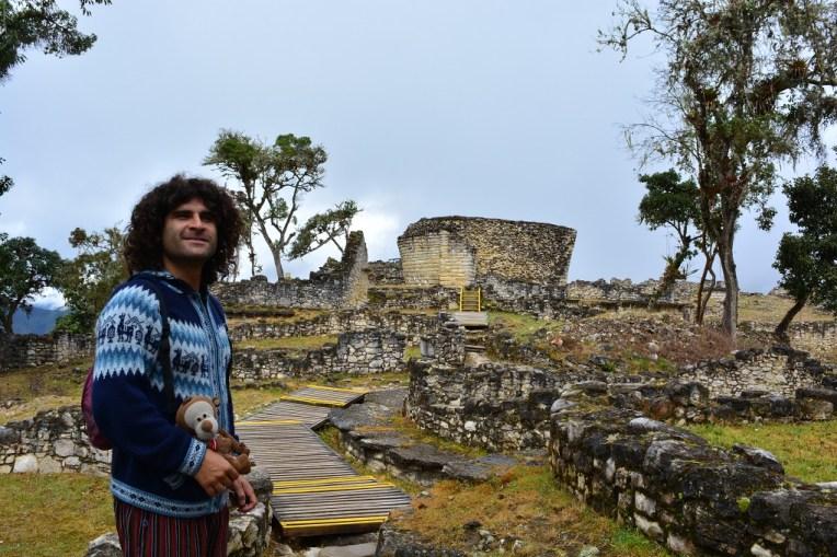 "Ao fundo o ""Templo Mayor"" de Kuelap"