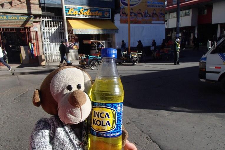 Mucuvinha tomando Inca Kola