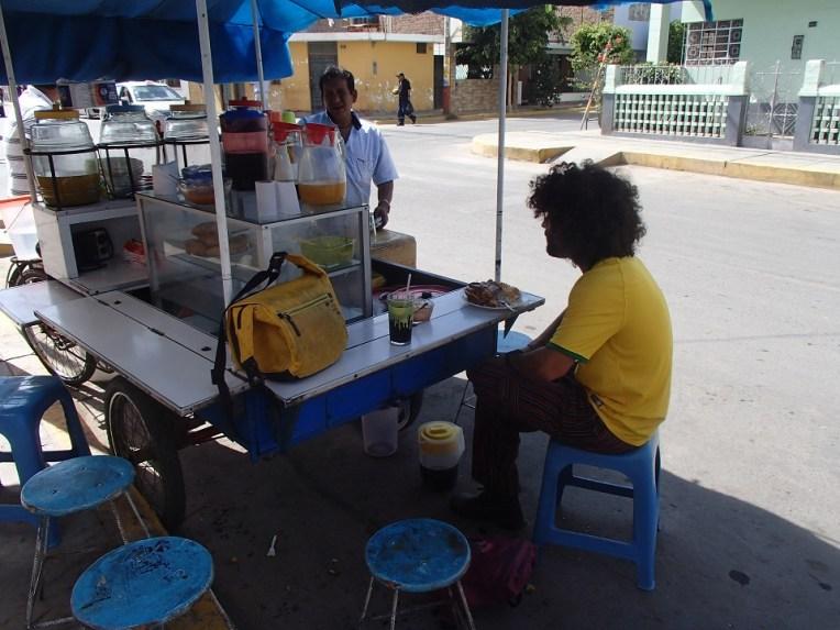 Almoçando em um carrinho de rua por 4 soles