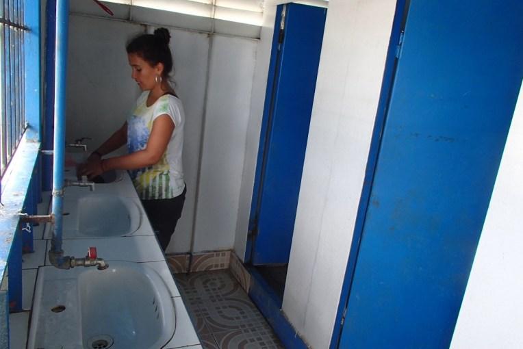 Aproveitando para lavar roupa no banheiro do barco