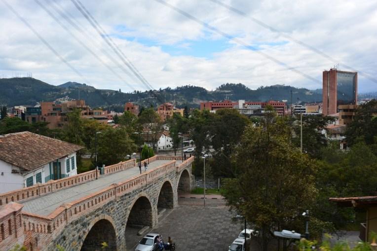Antiga ponte de Cuenca, que foi parcialmente derrubada em uma inundação do rio