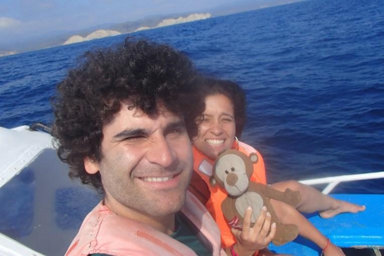 Nós dois (ou melhor, nós três!) na frente do barco, com uma vista privilegiada para as baleias!