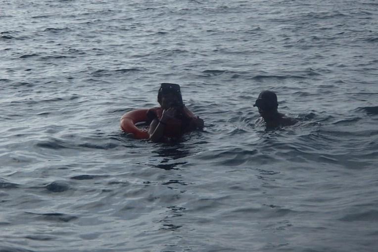 Com boia, colete salva-vidas, snorkel e um guia, a Michele encarou o mergulho