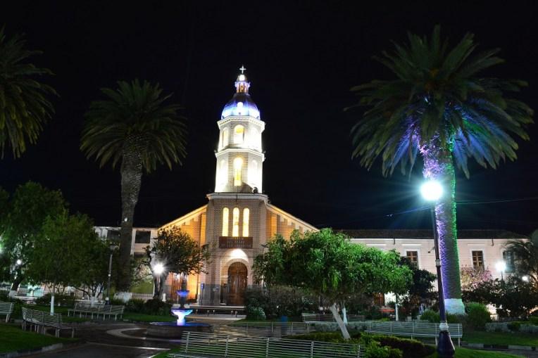 Igreja principal de Otavalo pela noite