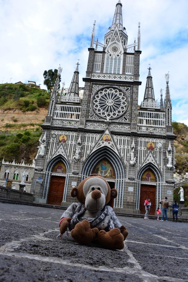 Mucuvinha em frente ao santuário de Las Lajas