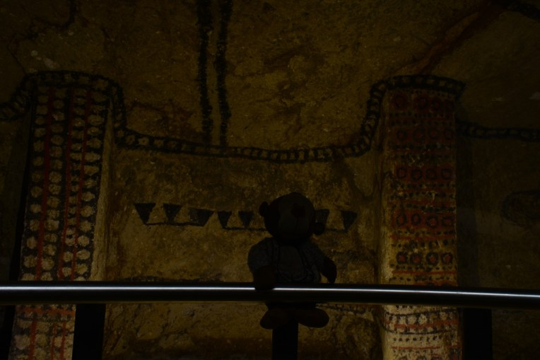 Mucuvinha observando as pinturas grifadas nas paredes de Tierradentro