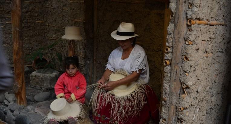 Mulher criando um chapéu do Panamá no Equador