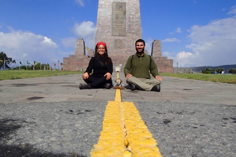 Nós em frente ao monumento da Mitad del Mundo, Equador