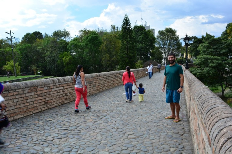 Sobre a Puente del Humilladero, onde costumam ocorrer eventos culturais na cidade