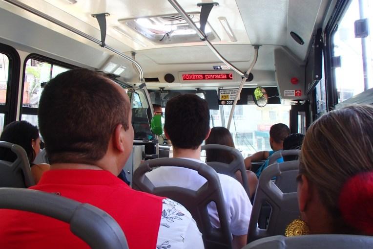 Ônibus que leva ao bairro de Pablo Escobar, com letreiro indicando o nome das próximas paradas.