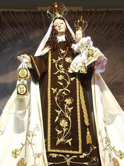 Estátua da Virgem de Carmen, exposta no Templo de Maipú, Chile