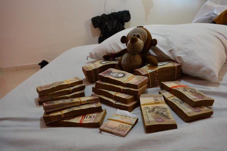 Mucuvinha ostentando com tanto dinheiro!